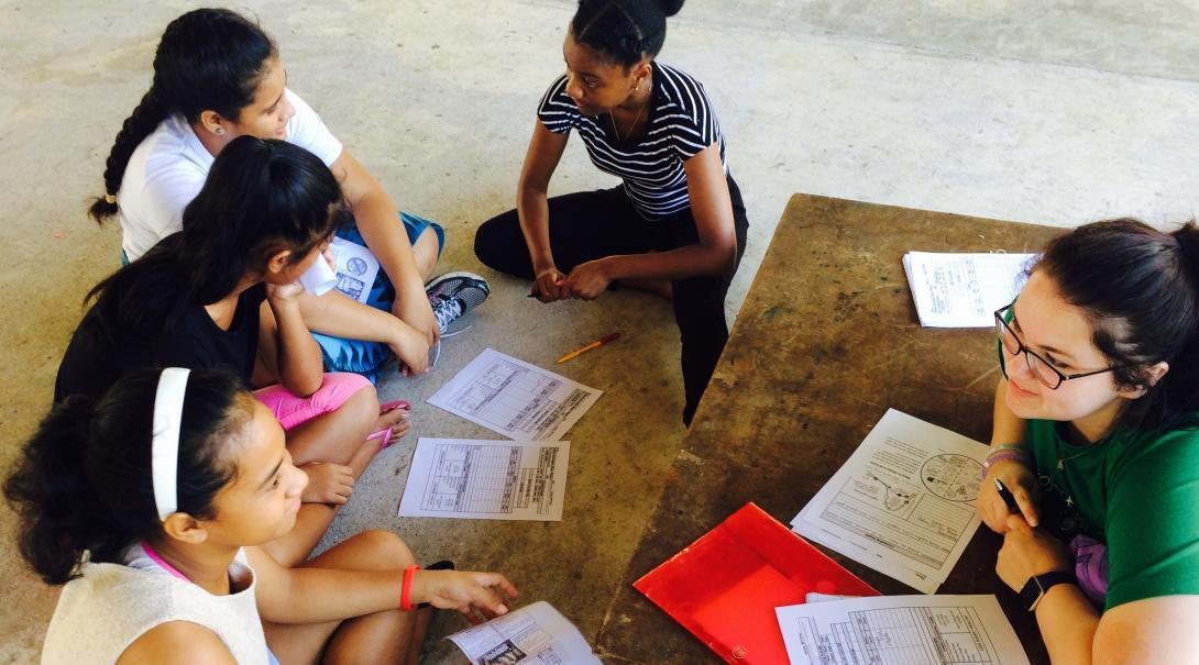 Een Projects Abroad vrijwilliger praat met de schoolkinderen in Samoa over gezonde voeding en draagt bij tot de langetermijndoelen.